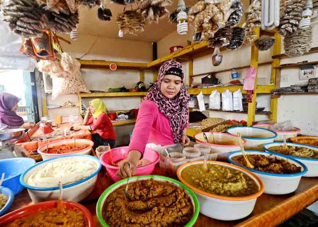 BUMBU MASAK : Dian (30) salah satu penjual bumbu masak di Pasar Flamboyan sedang merapikan bumbu yang ia jual di lapak dagangannya. Dari usaha olahan bumbu dapur ini, ia mampu meraih omzet lumayan untuk membangun sebuah rumah. MEIDY KHADAFI/PONTIANAK POST