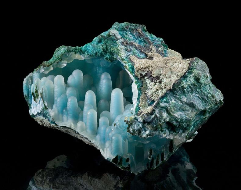 Impresionante mineral azul-verde con una increíble textura en su interior