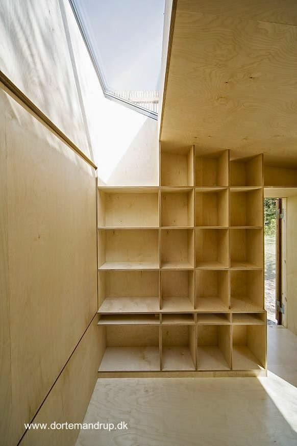 Espacio interior en la cabina con biblioteca y cama abatible