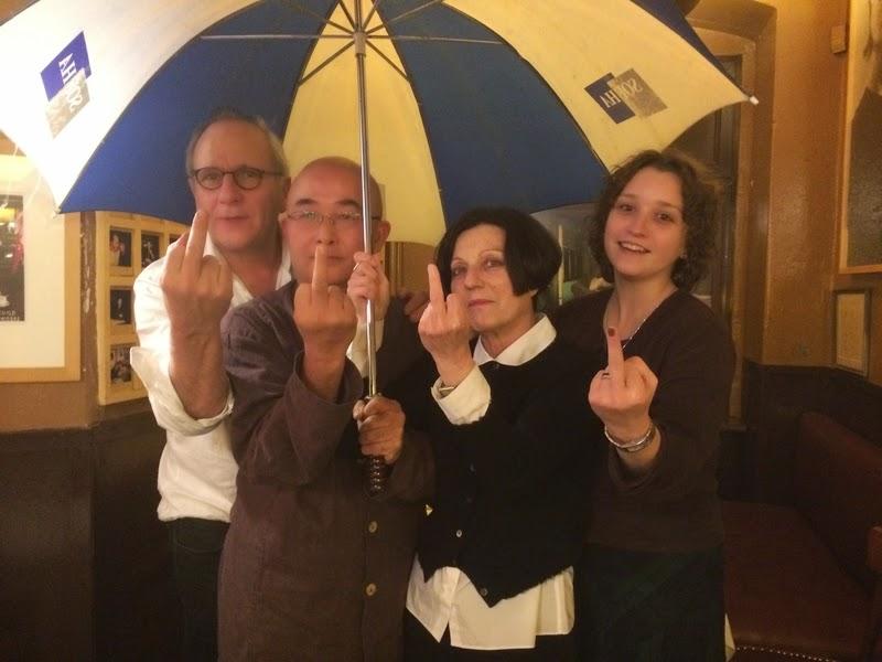 在廖亦武提议下,四位对极权主义专制深有体会的作家共同使用了最严厉的手势,表达了对共产党统治拒斥、对香港民众和被逮捕的中国作家王藏等人的支持。(图片来源:作者提供)
