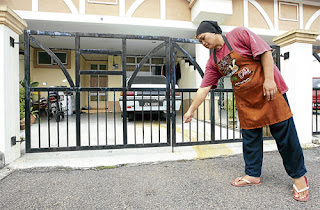 DISINI...jiran, Roslilawati Supardi, 42, menunjukkan lokasi budak terperosok di bawah kereta.