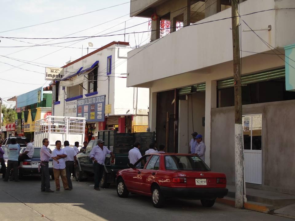 Istmoinformativo se manifiestan taxistas en oficina del mp for Oficina municipal del taxi