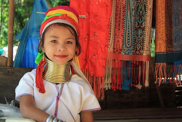 Bộ tộc phụ nữ đeo vòng làm cổ dài ở thái lan