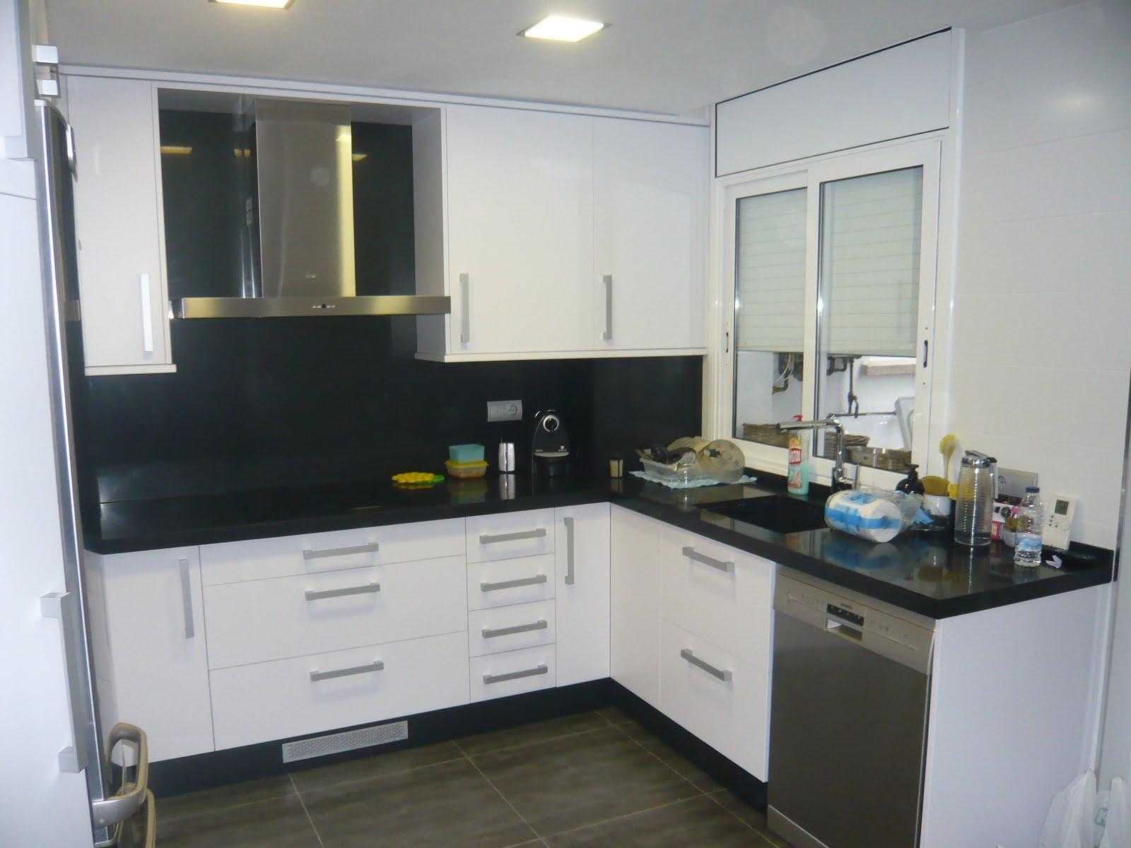 Cocina de formica blanca con silestone negro
