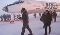 Passengers try to push frozen russian plane in siberia