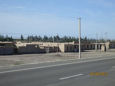 Ces maisons semblent abandonnées peut-être qu'on déménage les gens dans les tours d'habitation???