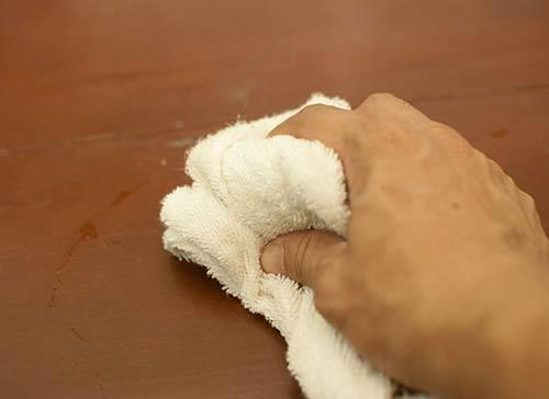 xử lý vết bẩn trên sàn gỗ