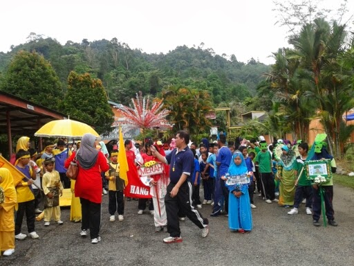 Murid berkumpul sebelum perarakan masuk ke padang untuk upacara