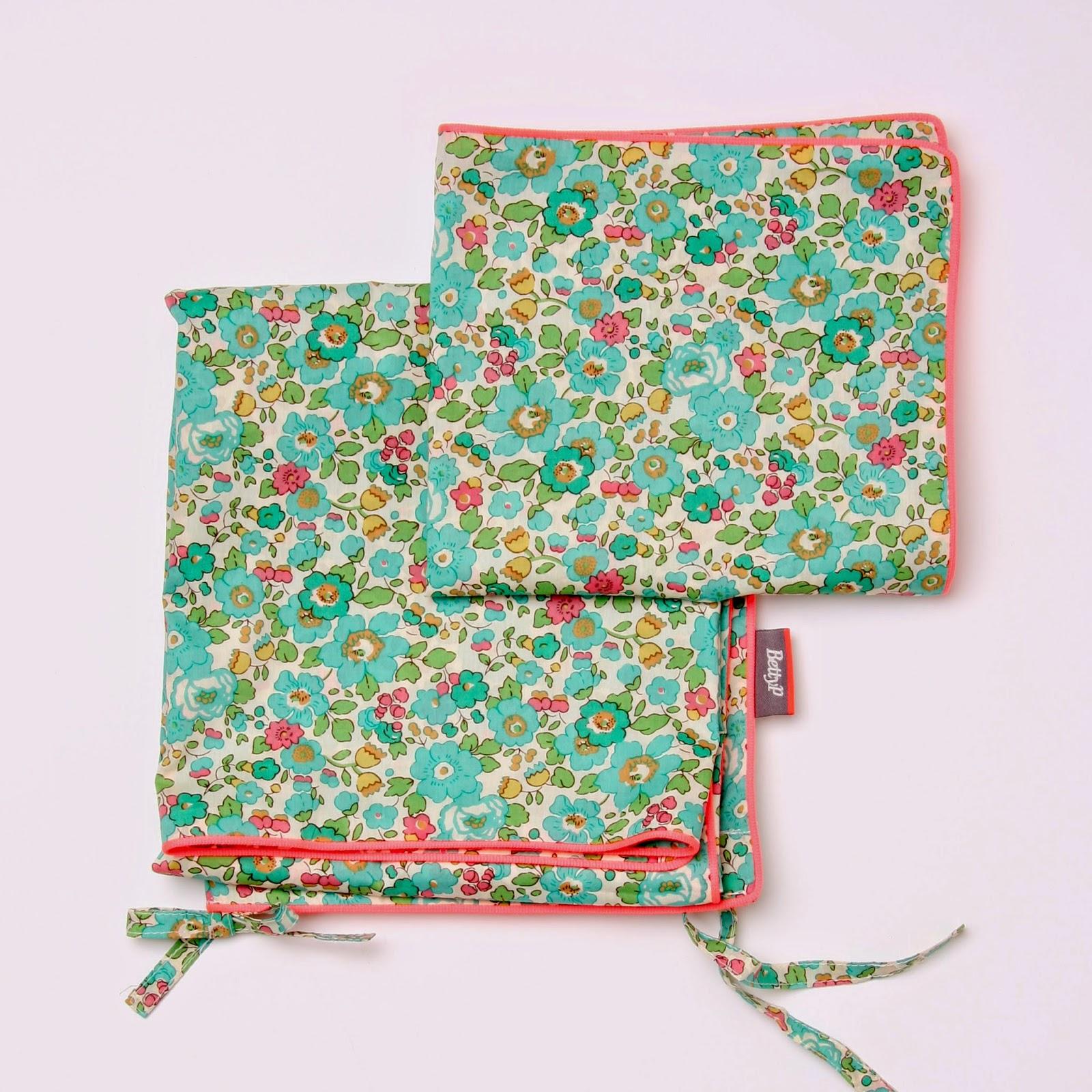 Dynebetræk og hovedpude betræk til baby. Sengetøjet er i Liberty stof og kantet med neonfarvet tittekant.