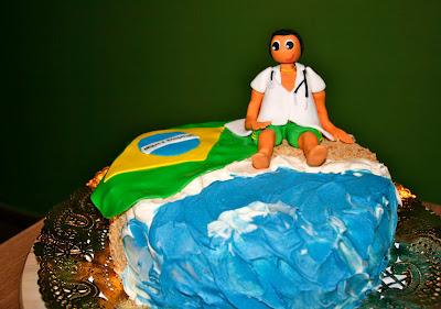 Tarta decorada platja amb figura modelada en fondant