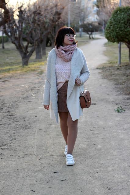 falda-piel-blazer-punto-deportivas