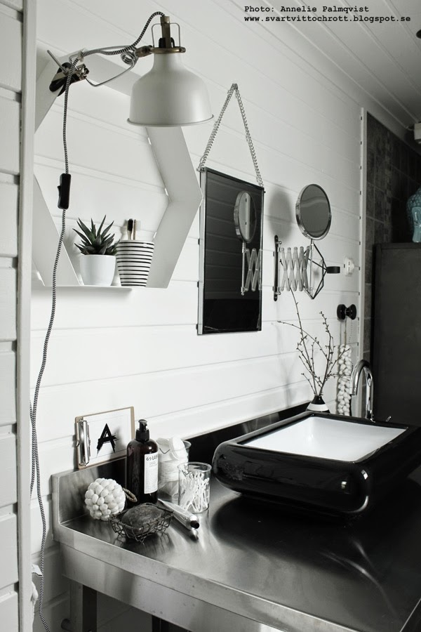 badrum, badrummet, hexagon hylla, vit hylla i badrummet, svart tvättfat, rostfri bänk, badrumsinredning, inredning i badrum, badrumsmöbel, badrumsmöbler, snäckor boll, house doctor spegel, speglar, svartvitt, svartvita, svart, svarta, vitt, vita, klämspot, lampa, lampor