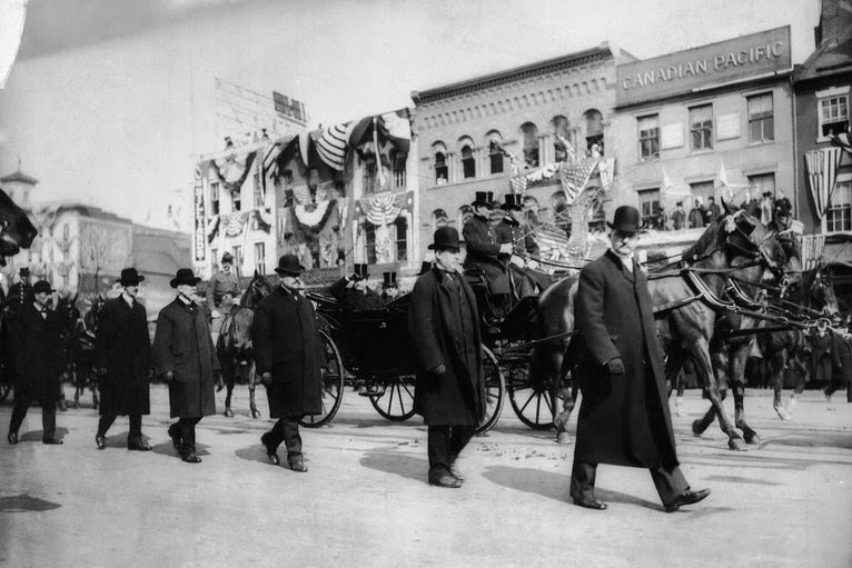 Secret Service members flank each side of President Theodore Roosevelt's inauguration carriage