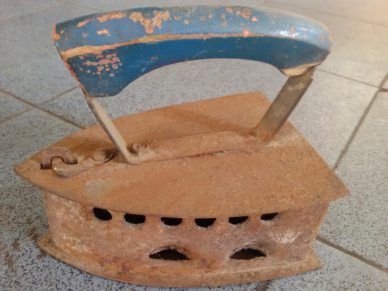setrika arang adalah barang antik jaman dulu yang digunakan dengan menggunakan arang sebagai penghasil panasnya dan tanpa menggunakan listrik