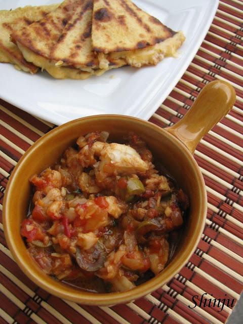 Ryba z pomidorami, kaparami i oliwkami