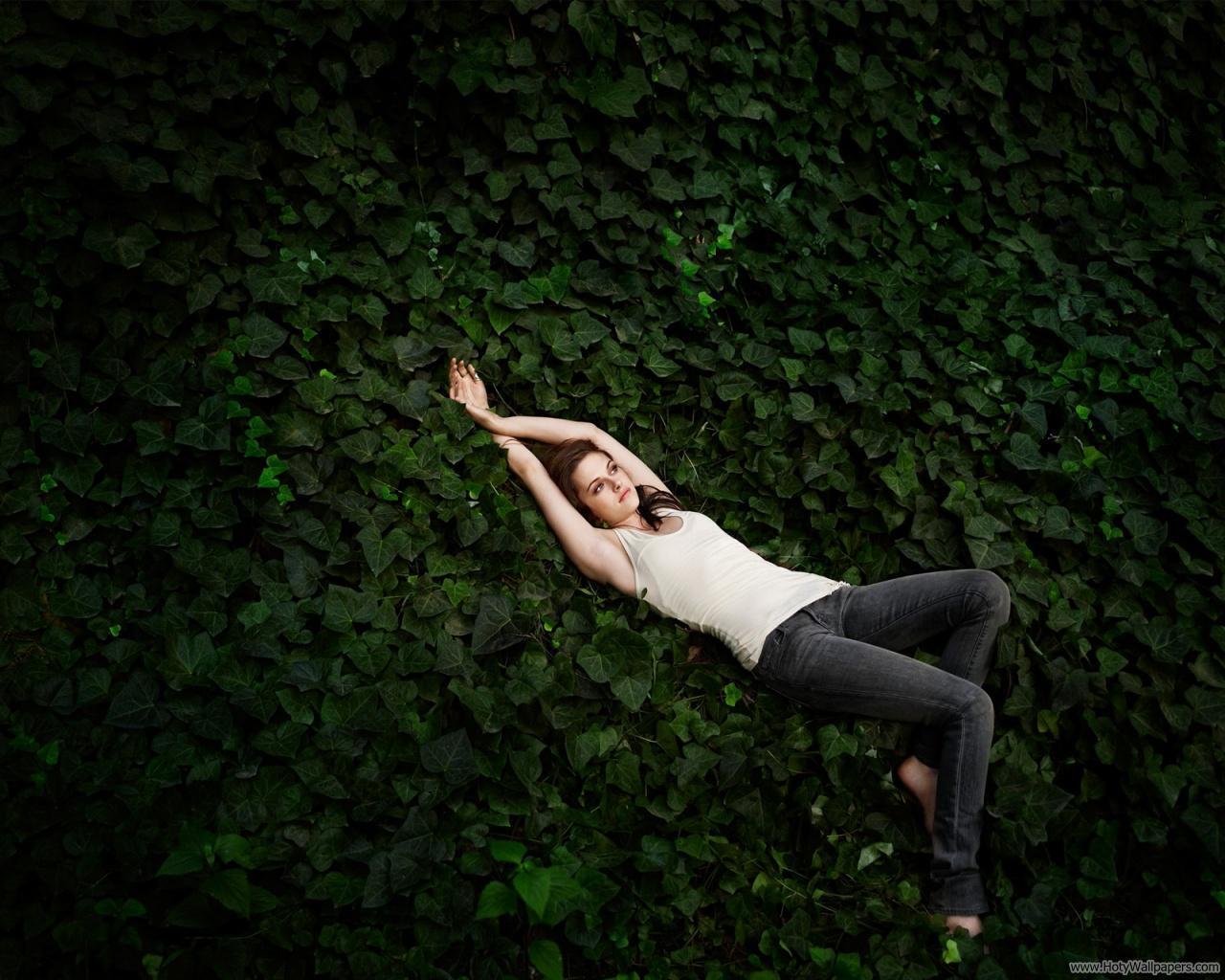 http://1.bp.blogspot.com/-V_-AkPBxERw/To68VW4rTKI/AAAAAAAALr4/6xXs9dPDgtw/s1600/kristen_stewart_glamour_photo_shoot.jpg
