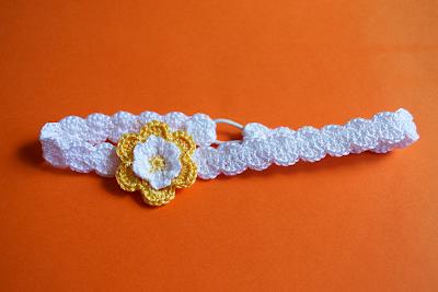 Diadema de ganchillo con flor amarilla