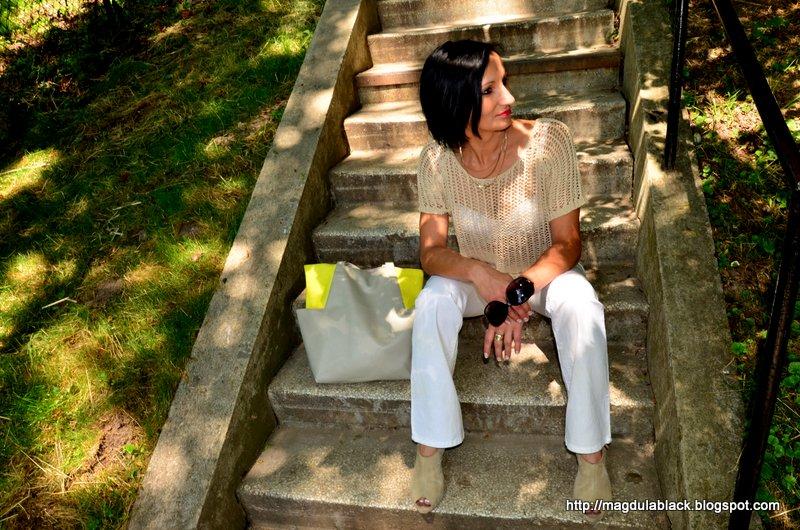 Sweterek z dziurami  i żółta shopperka. Nude, beże, biel.