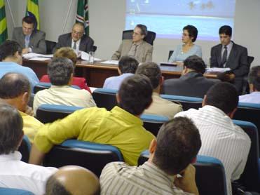 À mesa, esq. p/ dir.: Osmar Pires (pres. AGMA), José Maria (sec. Cemam), Aldo Arantes (sec. Semarh), depª Onaide Santillo (pres. Comissão de Meio Amb. da Assembleia) e promotor Ricardo Rangel (MP-GO)