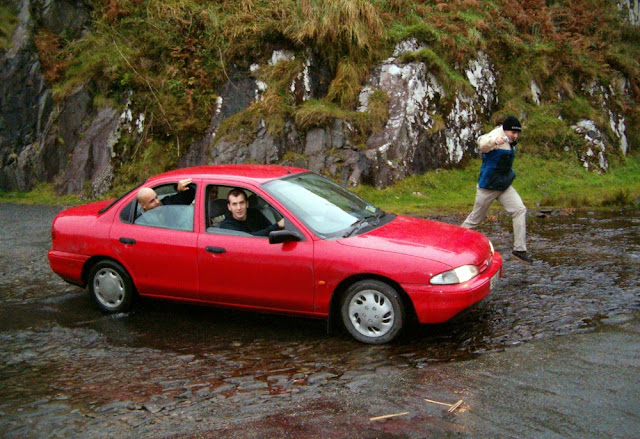 Cruzando el río que cruza la carretera en Irlanda