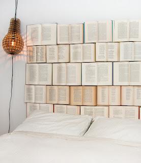 cabeceira cama com livros
