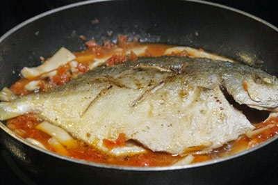 Vietnamese Fish Recipe - Cá Om Nấm và Cà Chua