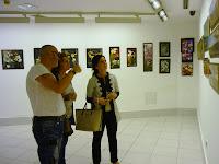 Julio Poblete, autor de la obra, junto con Carmen Rumayor, Presidenta de ASW-Cantabria y Berta Pacheco, Concejala de Cultura.