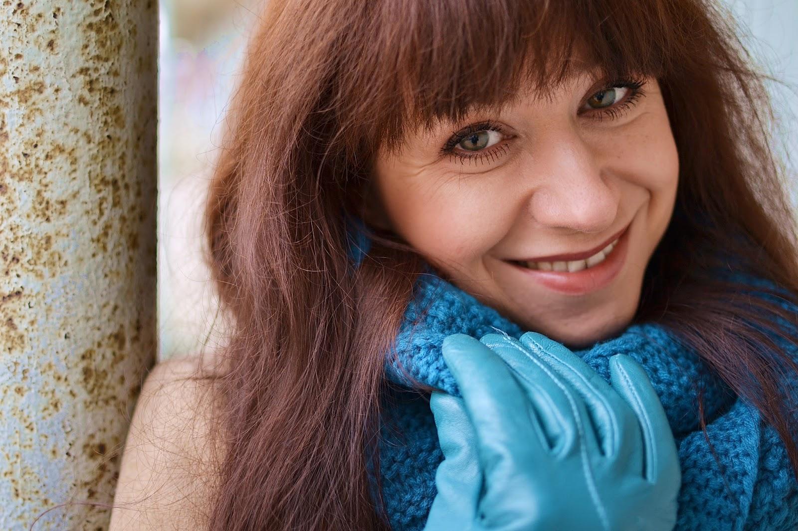 What can I wear today_Katharine-fashion is beautiful_Tyrkysové kožené rukavice_Béžový kabát_Tyrkysový nákrčník_Katarína Jakubčová_Fashion blogger