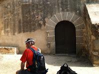 La façana sud-oest amb el portal adovellat