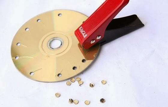 Umas das formas destruir um DVD ou CD é furando-o - 560x355