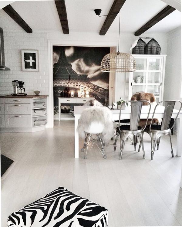 kök, köket, matsal, matsalen, matgrupp, matbord, matstolar, stol, stolar, mixade stolar, grått kök, inspiration, inredning, inredningsblogg, bloggar, bloggen, vitt, svart och vitt, svartvit, svartvita, zebra, puff, zebrapuff, fårskinn, långhårigt skinn skinn hängande på stol, webbutik med inredning, webbutiker, webshop, nettbutikk, nettbutikker, poster, posters, tavlor, kors, plakat, plakater,