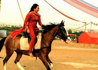 Sonakshi Sinha shows off her Horse Riding Skills!.jpg