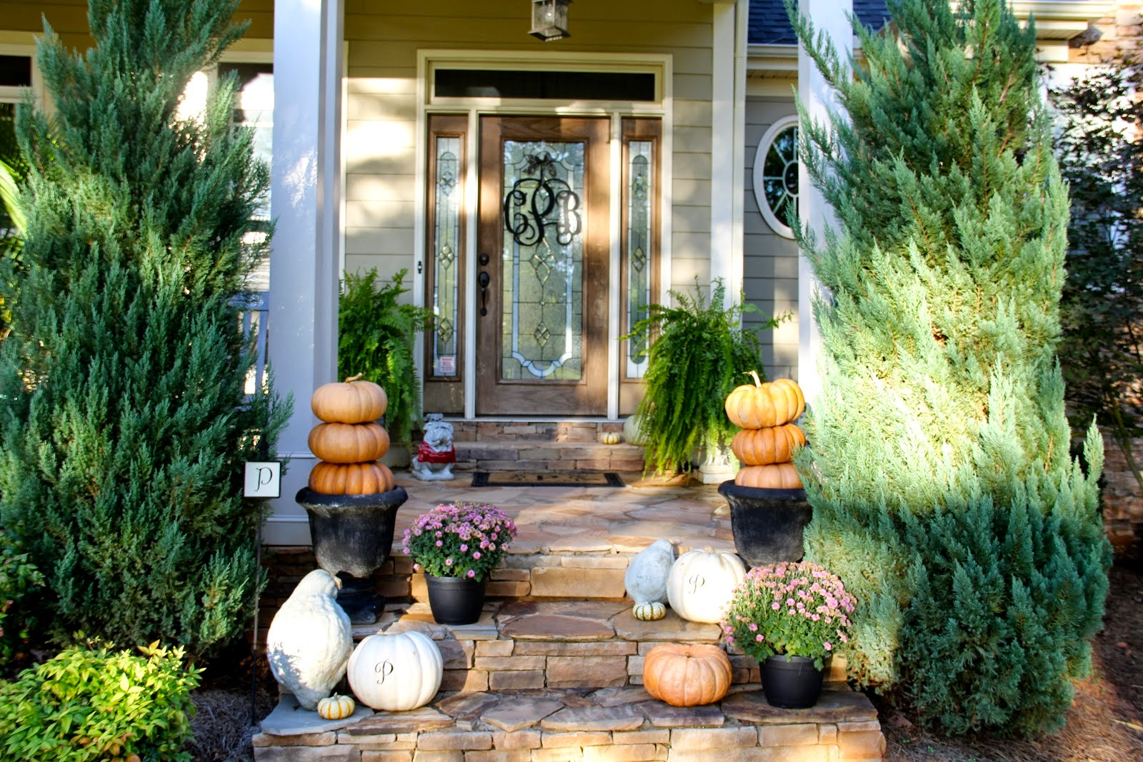 7 front porch decorating ideas pictures for your home for Front yard decor