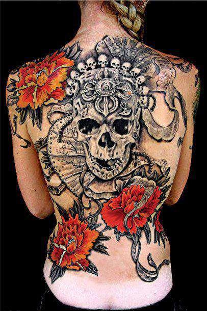 Tatuagens Femininas Caveira e Flores Vermelhas nas Costas