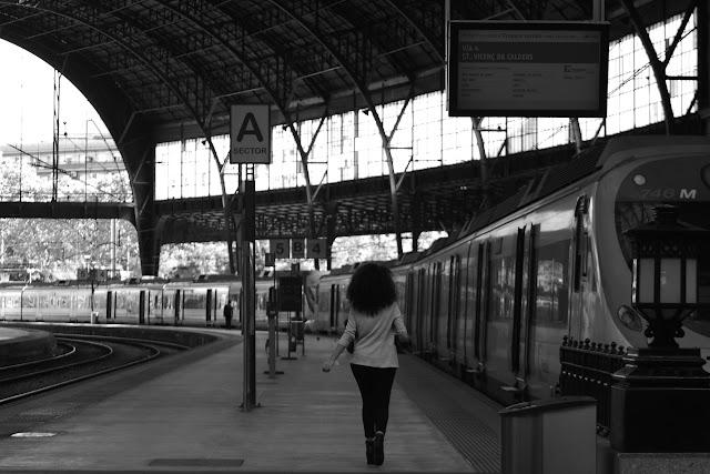 Mujer cogiendo el tren en Estacióde França