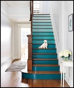 Escaleras pintadas en tono ombré
