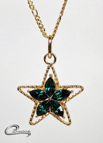Joias delicadas com pedras na cor esmeralda