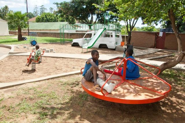 Lataria de ambulância é transformada em playground