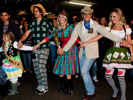 Festa Junina, noivinhos, roupa, vestido, caipira, feminino, masculino, adulto, hick, country, june festival, brazil