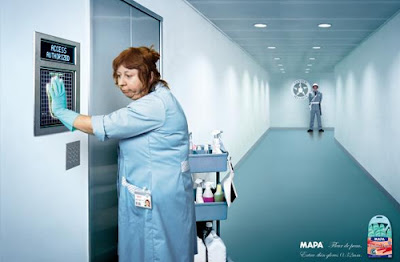 Publicidad empleada de limpieza con guantes