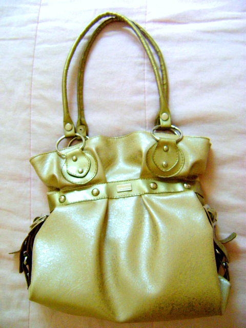 d9fa18c1ce4 Garimpe Bazar- seu brechó virtual!  Bolsa de ombro dourada Patrícia ...