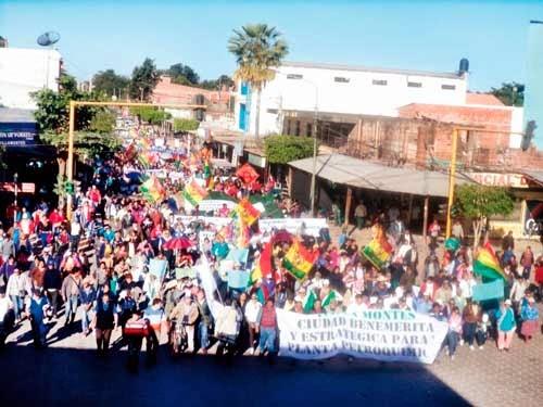 Villa Montes marchó en su aniversario de fundación pidiendo petroquímica