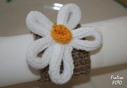 Krokad servettring med stickad blomma