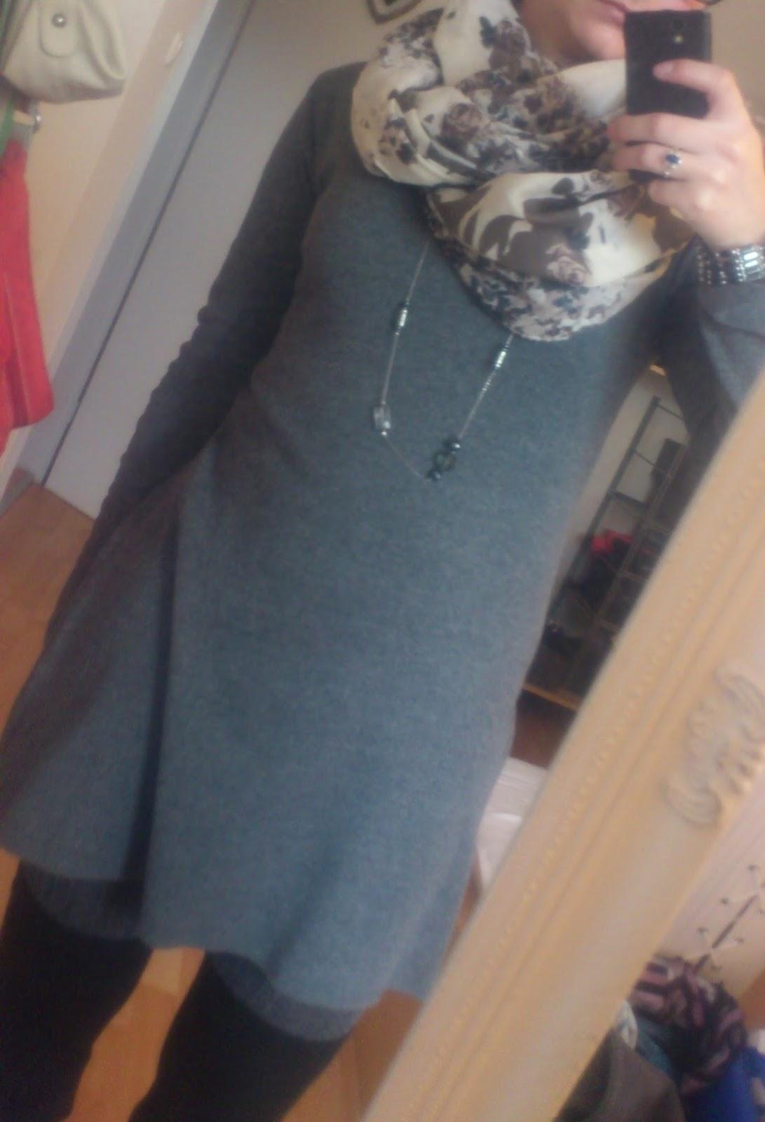 Kleid mit Strumpfhose und Overknees