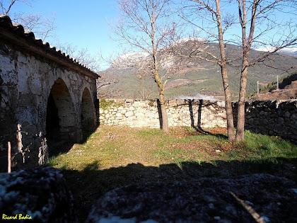El cementiri amb els arcs del porxo. Autor: Ricard Badia