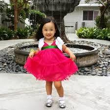 gadis kecil memakai gaun pesta
