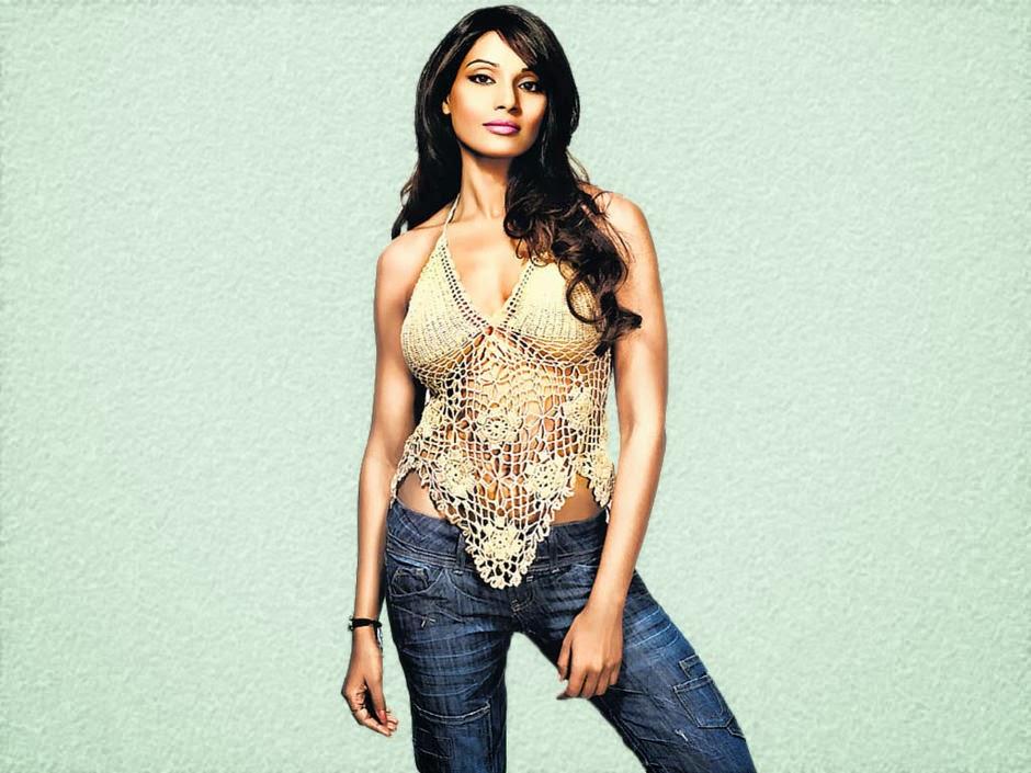 bipasha basu bollywood actress sexy tops and jeans wallpaper