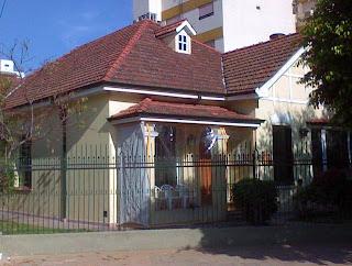 Chalet estilo Anglo-normando en barrio urbano de Buenos Aires
