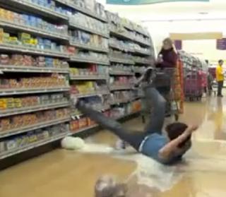 Chute aux Bouteilles de lait au supermarché