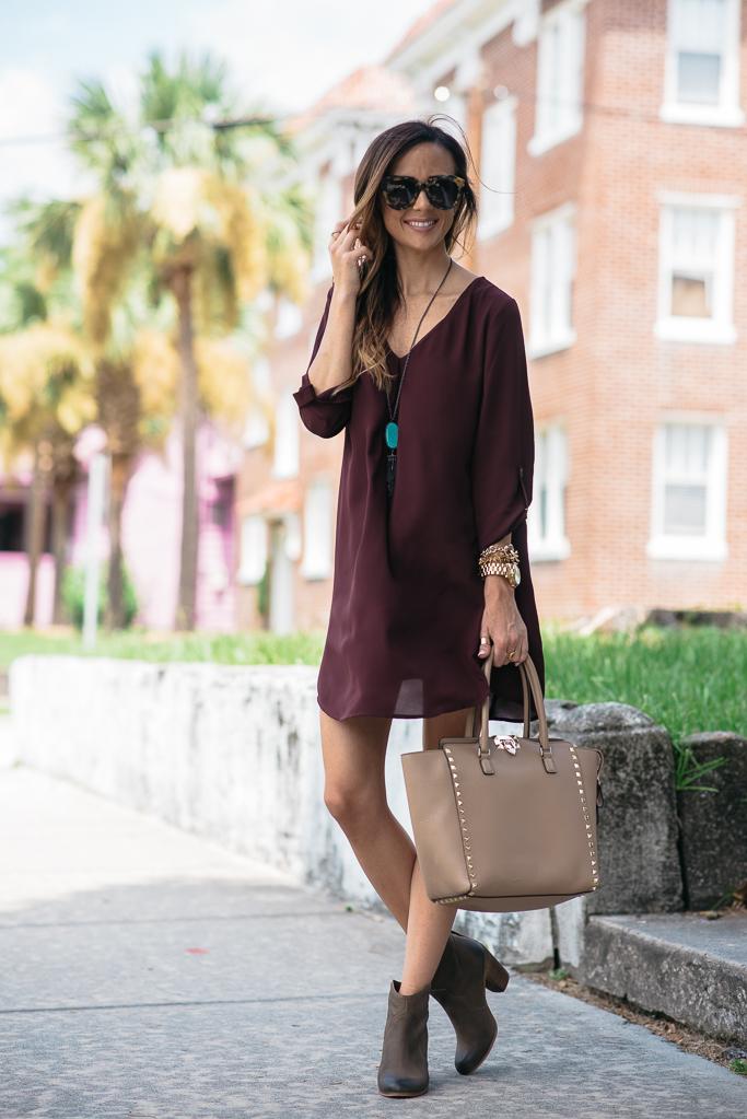 dicas de moda, roupas femininas, vestido curto, vestido vinho, com bota cano curto, bolsa de mão, colar longo, relógio, pulseiras,acessórios femininos, moda,blog de moda